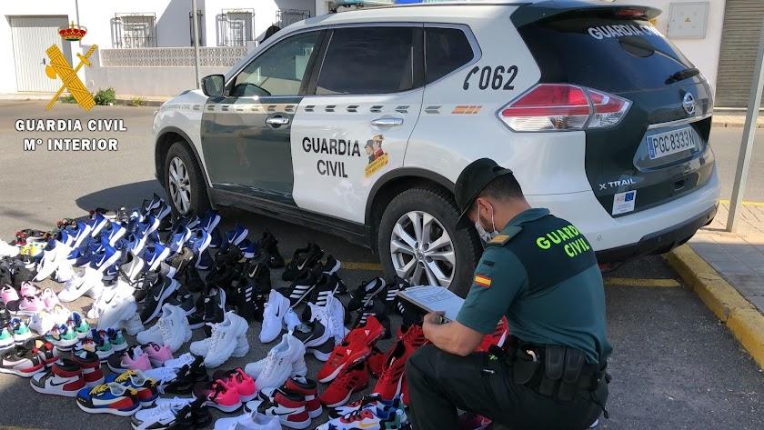 Zapatillas intervenidas por la Guardia Civil.