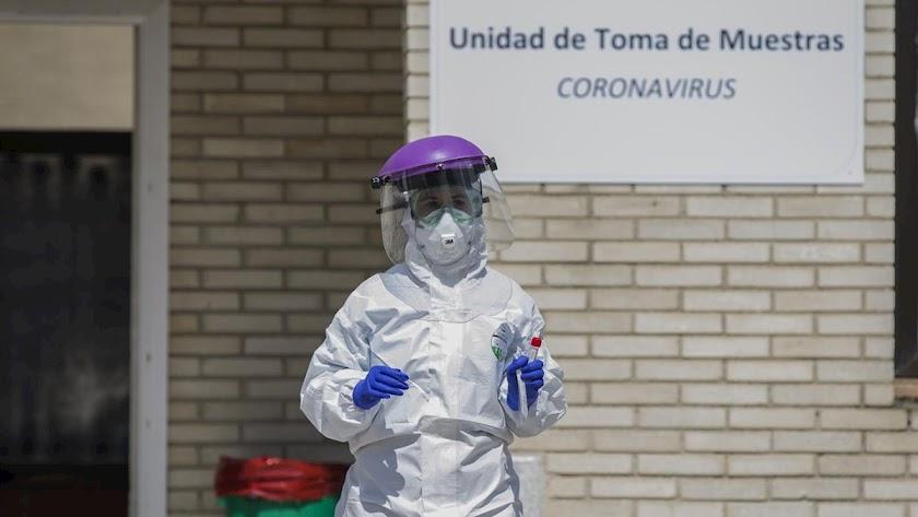 Personal sanitario recoge muestras para detectar el coronavirus.
