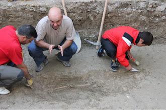 Photo: Voluntarios descubriendo con sumo cuidado los restos.