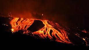 El volcán continúa muy activo.
