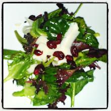 Photo: Ensalada con 3 lechugas diferentes, queso y arándanos #salad #food