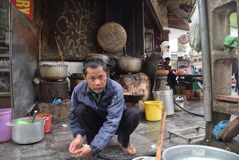 Cuoco di strada ad Hanoi di stelli