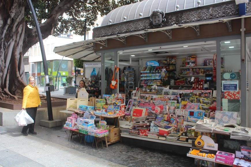 Kiosko en el Paseo de Almería, junto al ficus.