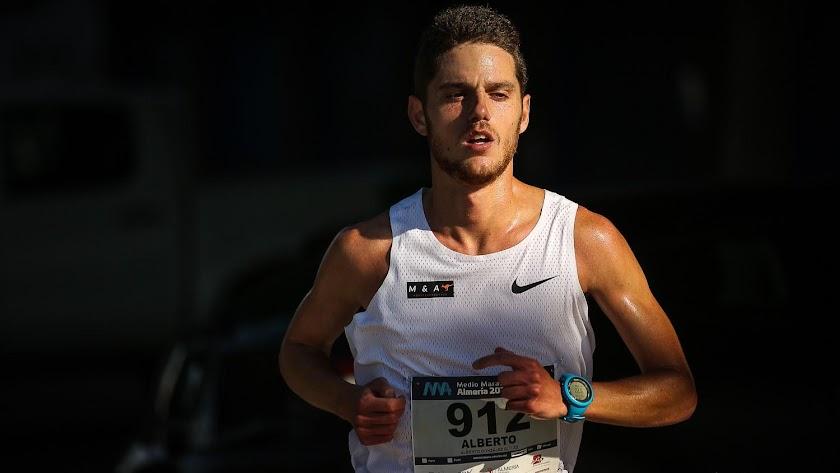 El profesor y atleta Alberto González en la Media Maratón de Almería.