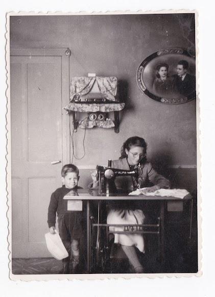 Mujer cosiendo en casa junto a su hijo y la radio, el gran entretenimiento en las casas en los 50 en Almería  (Foto: Colección Museos de Terque).