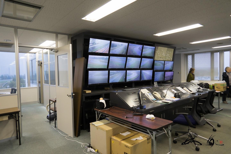 管制塔内に設置されたコーナーごとのモニター画面