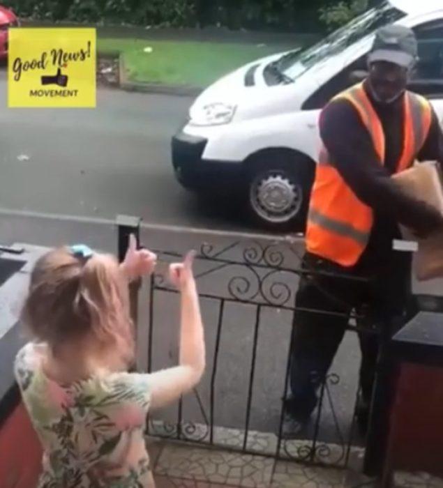 Niña hablando con lenguaje de señas a cartero
