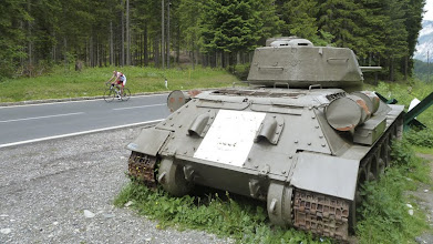 Photo: Auch Kettenfahrzeuge sind an dem Berg schon liegen geblieben.