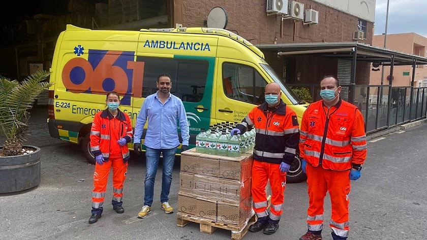 Daniel Martínez haciendo entrega del gel hidro alcohólico con aloe vera de Crazy Almería Premium Gin.