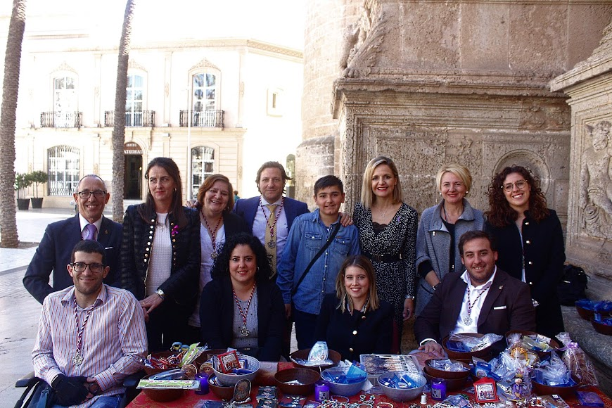 Las delegadas de la Junta de Gobierno, de Agricultura y de Cultura junto a los jóvenes de la Hermandad.