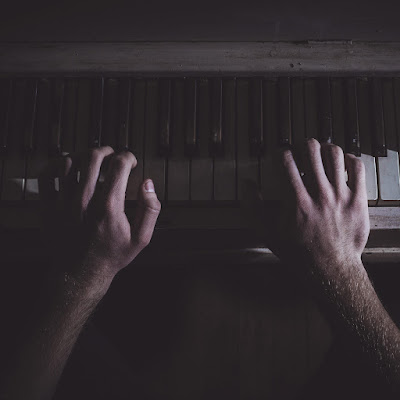 Being a helpful pianist: which is your page-turning hand?