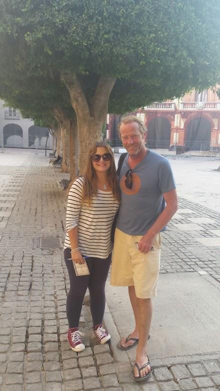 Iain Glen, de \'Juego de tronos\', con una seguidora en la Plaza Vieja.