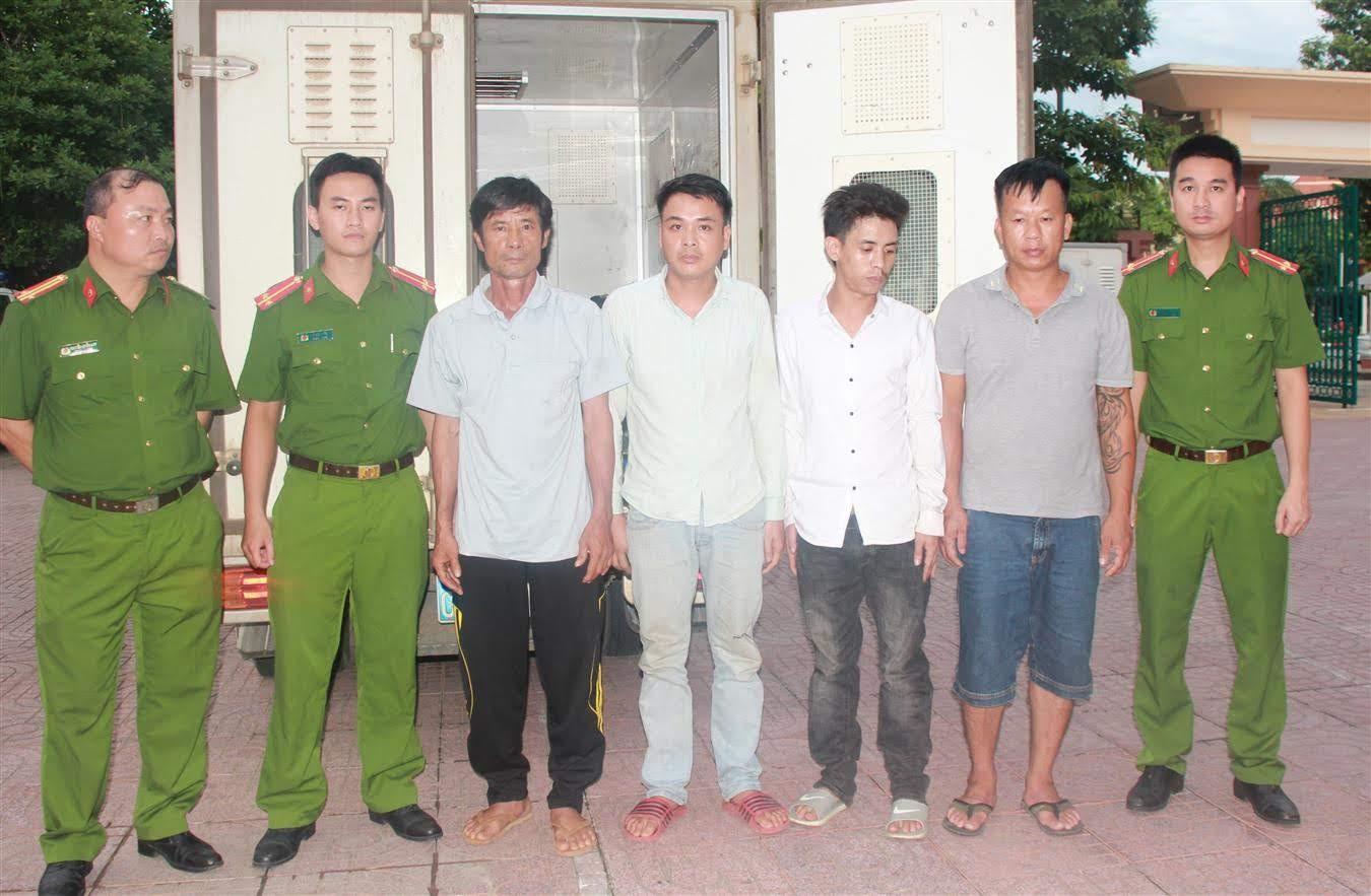 4 đối tượng được lực lượng Cảnh sát Hình sự  dẫn giải về trụ sở Cơ quan CSĐT Công an Nghệ An