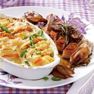 Gemüsegratin mit Kotelett und Honigschalotten