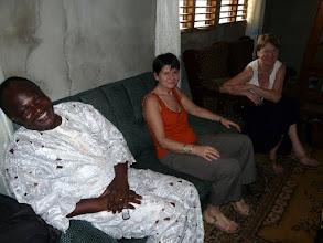 Photo: la gaieté règne aussi chez Pélagie, Directrice d'un groupe scolaire primaire