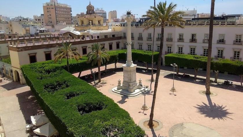 El Pingurucho en el centro de la Plaza Vieja rodeada de ficus.