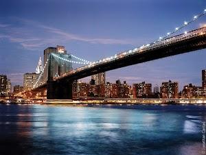 brug over rivier bij avond