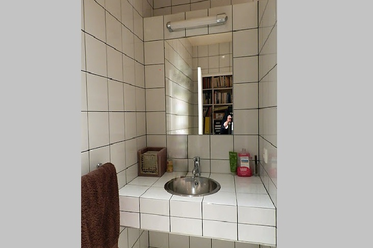 Fully furnished bathroom at Rue des Ursulines