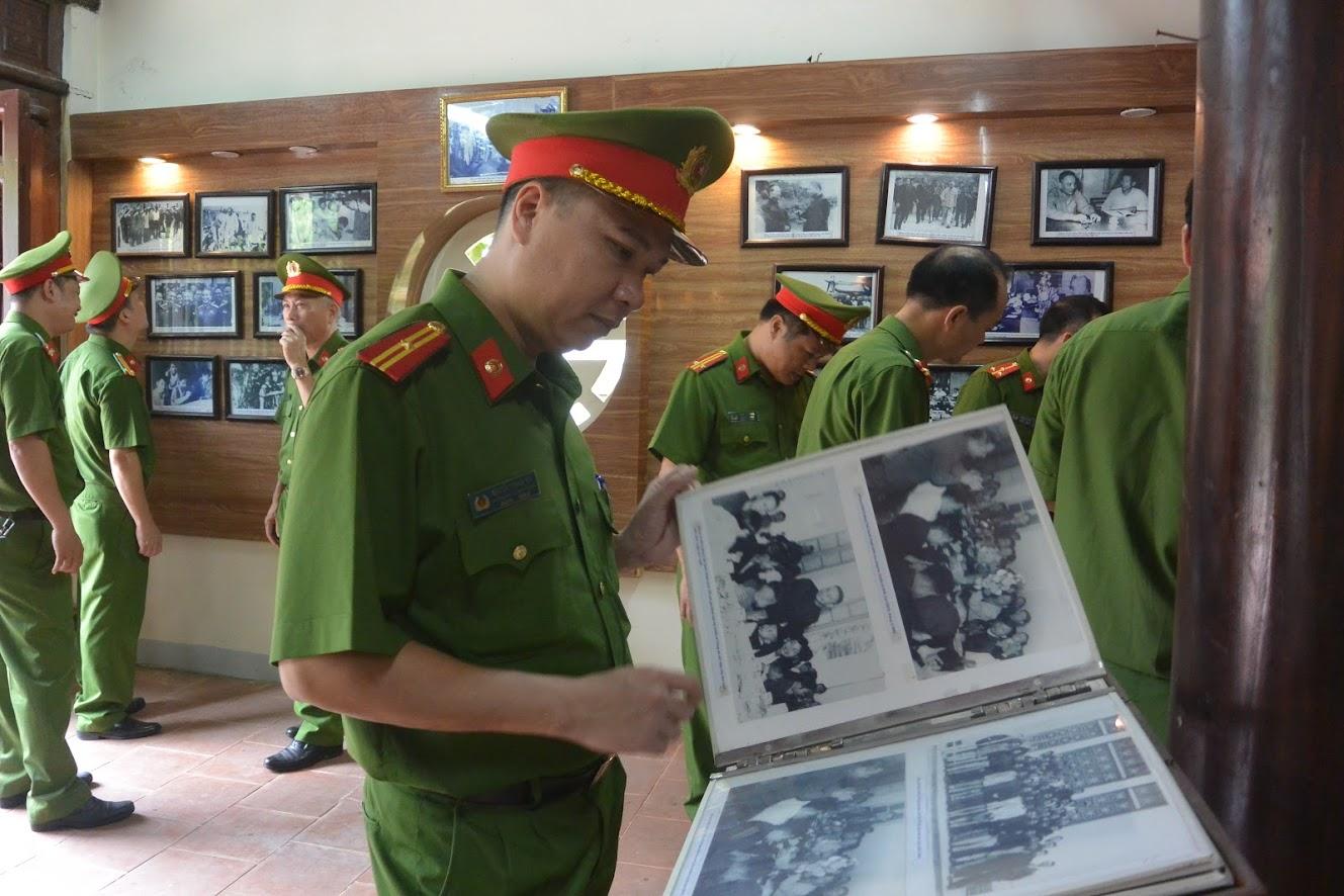 Đoàn tham quan khu di tích nhà tưởng niệm Cố Bộ trưởng Bộ Công an