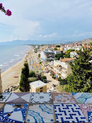 La spiaggia e gli ombrelloni  di emidesa