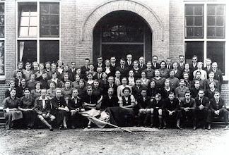 "Photo: Op 28 oktober 1936 werd de jeugdbeweging opgericht met de naam ""De Rijzende kerk"" o.l.v. ds. Cannegieter. Later werd het de V.C.J.C. v.l.n.r. voorste rij: Jantje Moek, Harmpje Hollander, Geert Talens, Jantje Wilms, Harm Buutkamp, Aaltje Wilms, Berend Scheper, Free van Gogh, Jan Enting, Hendrik Enting Jzn., Lucas Kamps, Jan Vedder, Geert Hilbrands en Hendrik Martens (Hszn) 2e rij: Henny Kamps (Wd), Jantje Paas, Hilly Zandvoort, Alie Knoop, Jantje Oosting, Fenny Koning, Gezina Bruining, Bruno Kruit, Janna Hilbrands, Rieks Oosting, Trui Hilberts, Geesje Sijbring, Janna Kleef, Jantje Sloots en Harmpje Roossien 3e rij: Harmpje Rozenveld, Ida Jansen, Alie Rozenveld, Hillie Beukinga, Roelie Jipping, Antje Knoop, Annie Klinkhamer, Linie Mennega, Marmanna Kleef, Geesje Arends, Annie Zandvoort, Jantje Lanjouw, Roelfien Dekens, Roelfie Wilms, Aaltje Rozenveld en Roelof Vedder. 4e rij: Eet van Gogh, Hennie kamps (Bd), Jantje Kleef, Geertje Lanjouw, Marchien Leiting, Grietje Pomp, Hendrik Bouws, Jantje Torenbos, Egbert Bruining, Gretha Hilbolling, Riekie Hadderingh, Grietje Koopman, Alie Hadderingh, Jantje Oosting, Marchie Hoving en Hendrik Enting (Gzn). achterste rij: Annie Hommes, Trientje Niemeijer, Geziena Udding, Hennie Kleef, Thijs Piening, LammertBeening, Harm Zandvoort, Willem Poelman, .. Niemeijer, Albert Okken, Hendrik Hollander, Jan Mennega, Jan Hilbrands, Teunis Rozenveld en Gerrit Vedder"