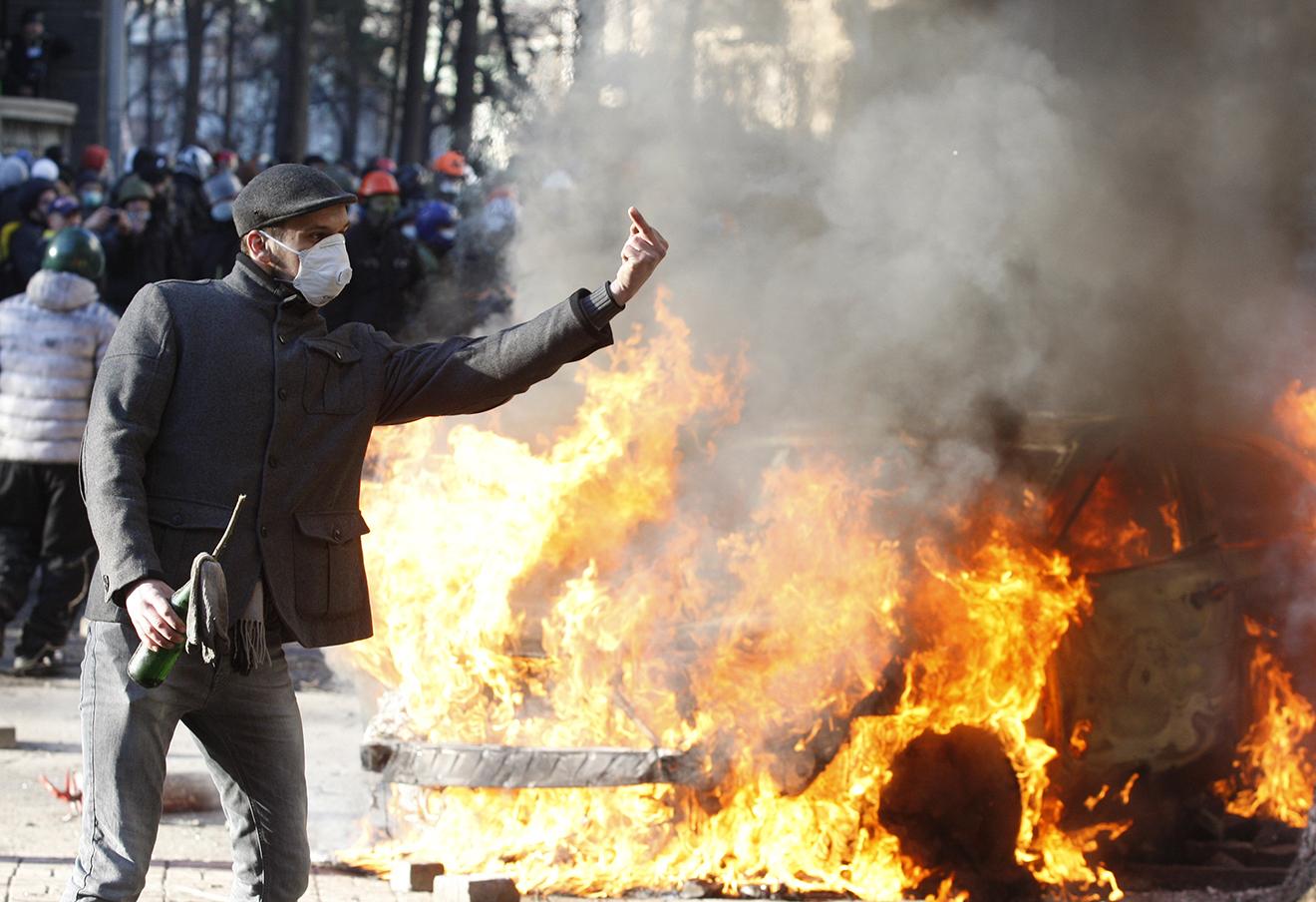 Во время столкновения сторонников оппозиции с военнослужащими внутренних войск МВД Украины у здания Верховной Рады, 18 февраля 2014 года.