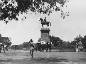 Photo: Munroe statue