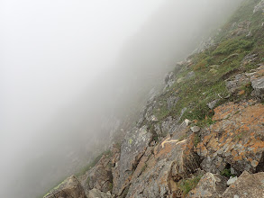 北峰の西斜面を進む