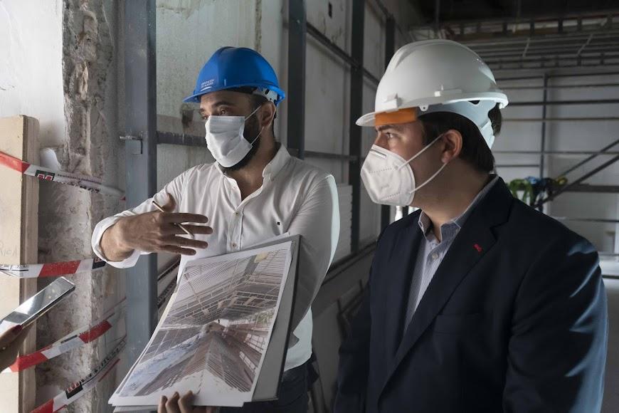 Garrido explica junto a Giménez la restauración de la parte exterior del artesonado