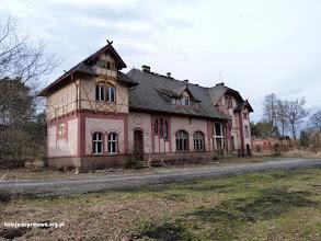 Photo: Zdewastowany i opuszczony budynek od strony drogi dojazdowej