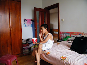 Photo: baby son warrenzh 朱楚甲, owner of warozhu.com and wozon.net, watching comic online.
