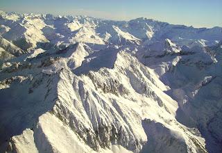 Photo: Hautes Pyrénées au sud de Cauteret: le pic d'Ardiden 2988m (devant) puis le pic de Chanchou 2949m et le pic de Barbe de Bouc 2964m (à sa gauche) Crêtes de Gavarnie sur l'horizon.