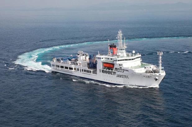 Các nhà nghiên cứu Nhật Bản đào hố đại dương sâu nhất trong lịch sử, lấy được thứ dài 37,7 mét 'vô cùng quý hiếm'