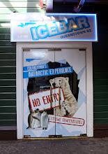 Photo: Eksoottinen baari, jossa lämpötila oli pakkasen puolella - ennen baariin menoa olisi pitänyt pukeutua toppatakkiin, joita oli tarjolla baarin puolesta