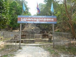 Photo: Kvůli probíhajícímu sporu se přilehlá hranice čas od času uzavírá. Cesta k chrámu směrem z Thajska ...