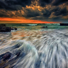 Cloudy Sunset in Echo by Hendri Suhandi - Landscapes Waterscapes ( clouds, sunset, cloud, weather, cloudy, beach, sunrise )