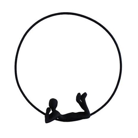 Metallfigur liggande i en ring