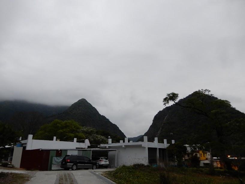 山に囲まれた小学校