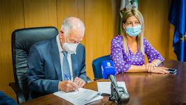 Gabriel Amat y Maite Fernández en la firma del contrato de obras.