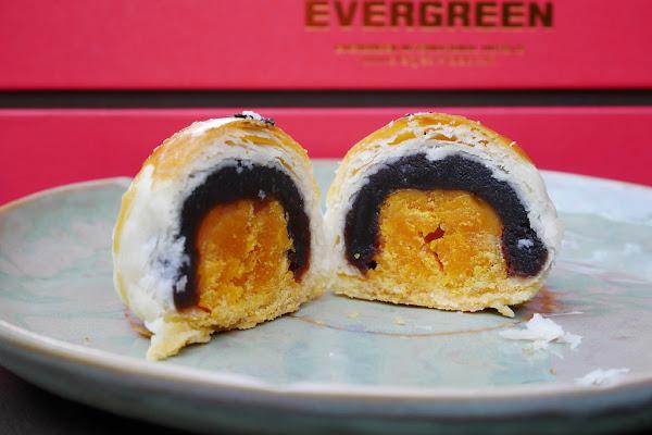 長榮桂冠蛋黃酥:全國酥皮月餅評比第一名,8/15之前買一送一,中秋月餅送禮的好選擇