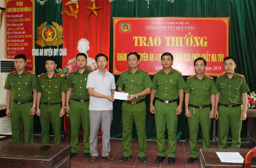 Lãnh đạo UBND huyện Quỳ Châu chúc mừng Ban chuyên án
