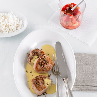 Schweinefiletmedaillons mit Currysauce und Rhabarber-Erdbeer Chutney