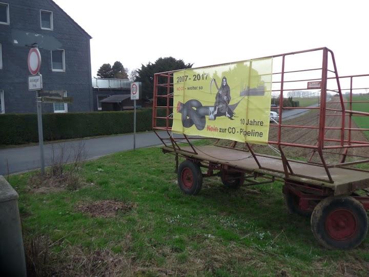 Protest-Transparent auf Landwirtschafts-Wagen.