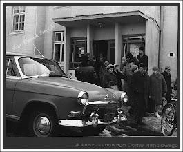 Photo: Jedni samochodem, inni własnym napędem podążą na otwarcie... dziś byłoby na odwrót...