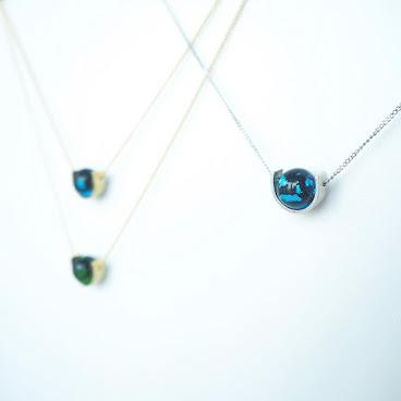 深海ブルーとんぼ玉 。  購自日本,算是日本特產吧。 里面若隱若現的金箔令石更添一份神祕感。 石的數量不多,最喜歡還是這款深海藍...另外有綠色跟紫色供選購✌🏻️ . . . .  #handmade#gemstone#necklace#onlinestore#accessories#fashion#fashionista#852store#hkiger#hkig#hkigstore#minimal#minimalist#statement#ootd#instalike#instagood#instadaily#深海ブルーとんぼ玉