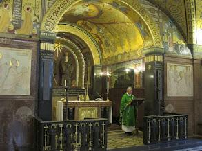 Photo: It.s2C53-141013Cassino, Abbaye, crypte basilique-cathédrale, célébrant à l'ambon, chœur  IMG_6547