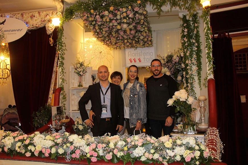 Floristería Toñi  mostrando a los novios los arreglos para su boda