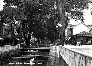 Photo: Rua do Imperador. À direita, ainda se vê o antigo prédio aonde funcionava a Casa D`Ângelo, no mesmo lugar aonde funciona até hoje. Foto sem data