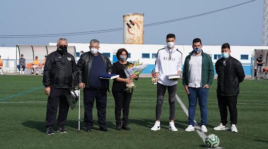 Los padres de Blas, junto al presidente del Carboneras CF y el del Pavia.