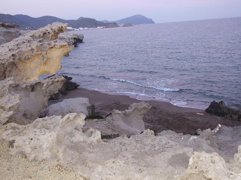 Acantilados y originales formas por la erosión en los Escullos.